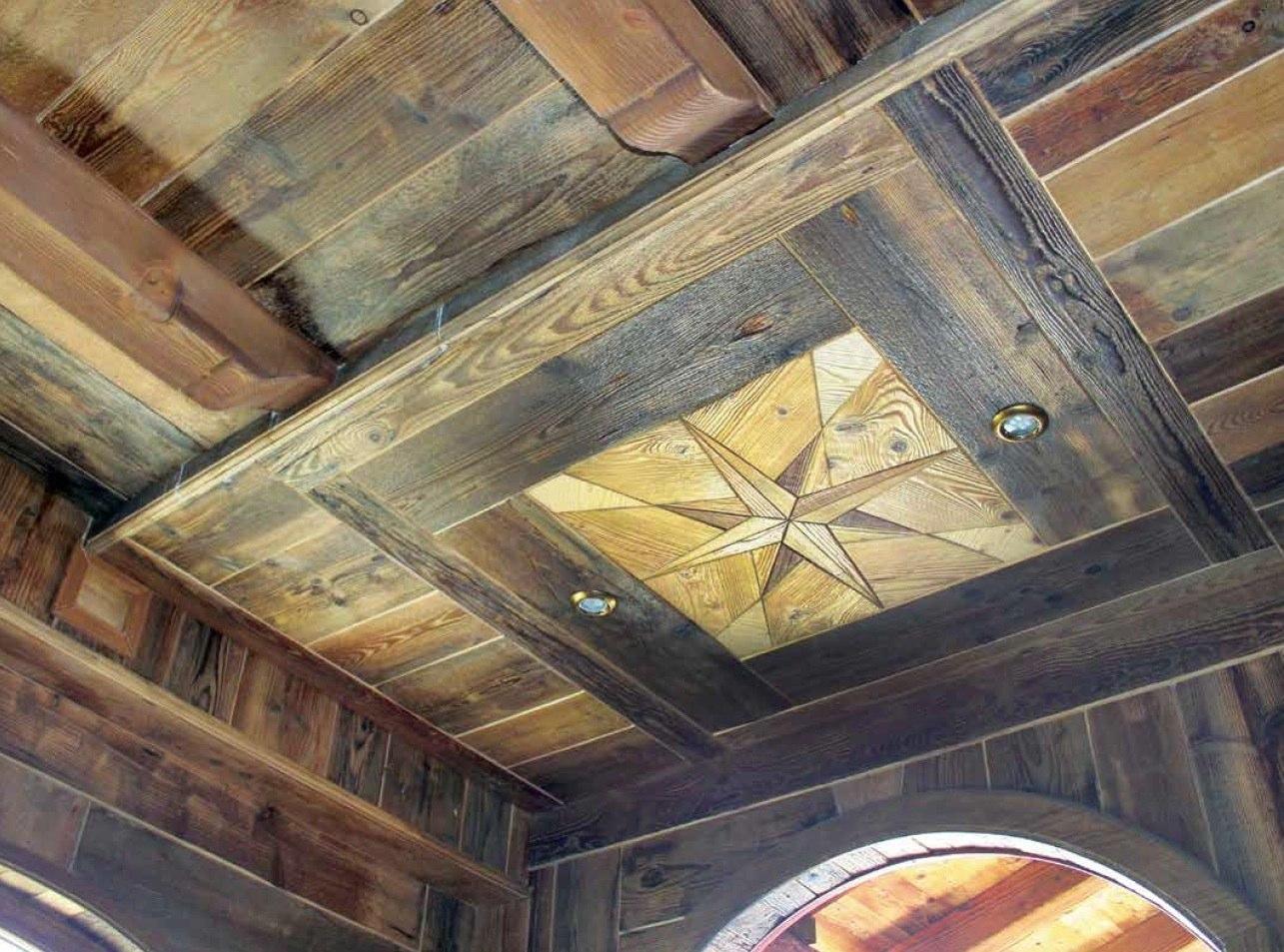 Rivestimento Soffitto Taverna: Pannelli finta legno contoro sofito. Parquet sulle pareti per un ...